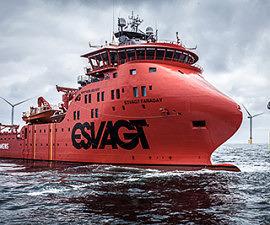 """Für den Offshore-Service der Windkraftanlagen nutzt Siemens das SOV """"Faraday"""" der dänischen Reederei ESVAGT. Das Schiff wurde spezielle für die Anforderungen der Anlagenwartung auf hoher See gebaut. Das Schiff ist 83,70 Meter lang, 17,60 Meter breit und hat einen Tiefgang von 6,50 Metern. An Bord gibt es Werkstatträume und Ersatzteillager. Außerdem bietet die """"Faraday"""" 40 Technikern und 20 Crew-Mitgliedern mehrere Wochen lang eine Unterkunft. Siemens uses the SOV """"Faraday"""" of the Danish shipping company ESVAGT for offshore service for its wind turbines. This ship was built specifically for the demands posed by servicing sea-based plants. The vessel is 83.70 meters long and 17.60 meters wide, with a draught of 6.50 meters. Workshops and a spare parts storage facility are also provided on board the """"Faraday,"""" along with quarters that can house 40 technicians and 20 crew members for up to several weeks."""